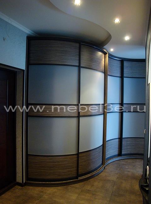 Радиусный шкаф купе для прихожей комнаты.