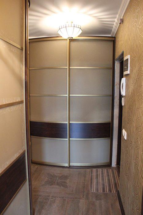 Радиусный встроенный шкаф с ящиками