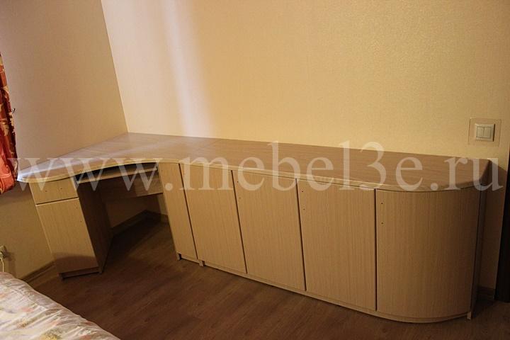 Угловой стол с радиусной дверью
