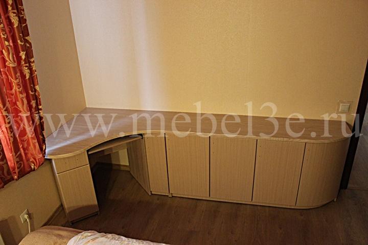 Угловой стол с радиусной дверью 1